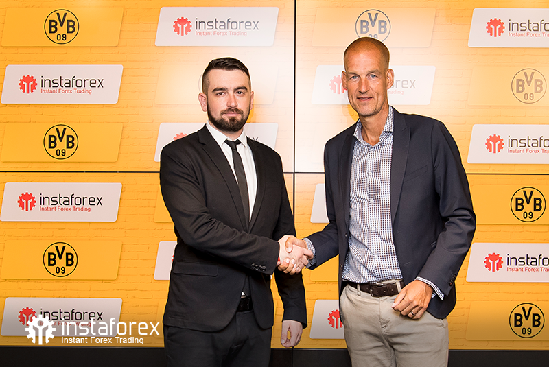 InstaForex Business Development Director for Asia Roman Tcepelev and CEO of Borusssia Carsten Cramer shake hands to start the new partnership