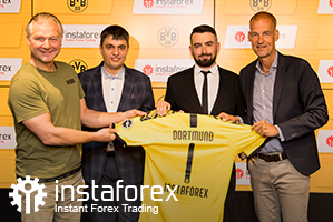 Legend of Borussia Dortmund Wolfgang de Beer, Business Development Director for InstaForex Pavel Shkapenko, InstaForex  Business Development Director for Asia Roman Tcepelev and CEO of Borusssia Carsten Cramer hold the symbolic Borussia-Instaforex jersey.